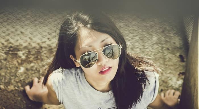 luciendo unas gafas de sol ray-ban