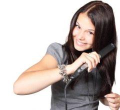 mujer con plancha de pelo